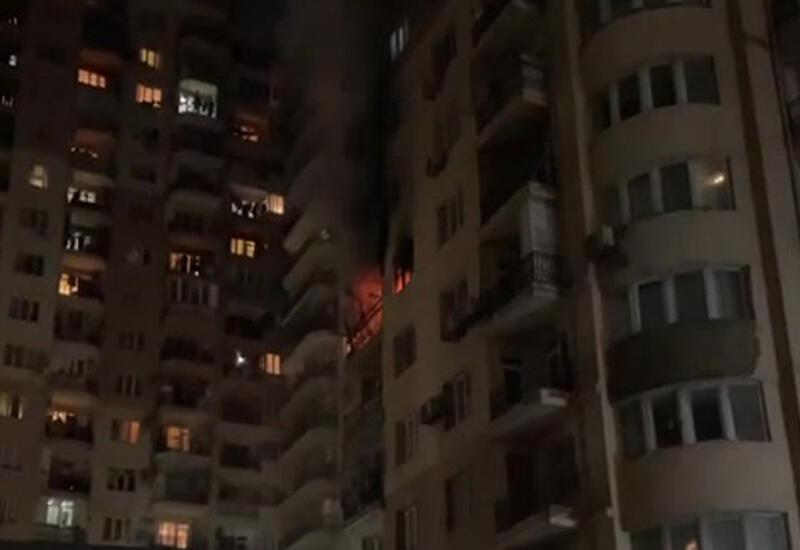 Пожарные тушат крупный пожар в Баку