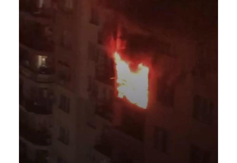 Сильный пожар в многоэтажке в Баку