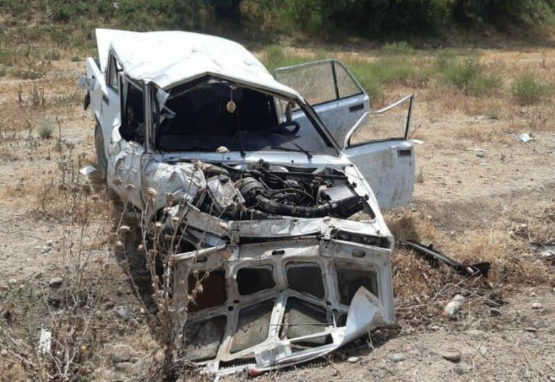 В Шеки автомобиль упал в овраг