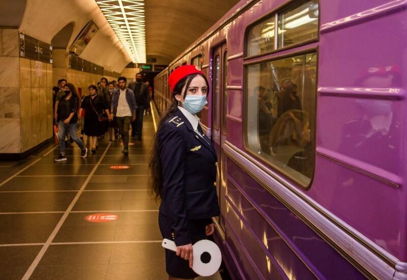 В бакинском метро человек упал на рельсы