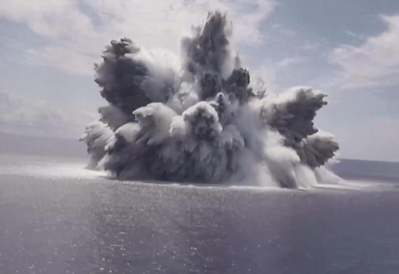 Американские военные взорвали 18-тонную бомбу рядом с авианосцем