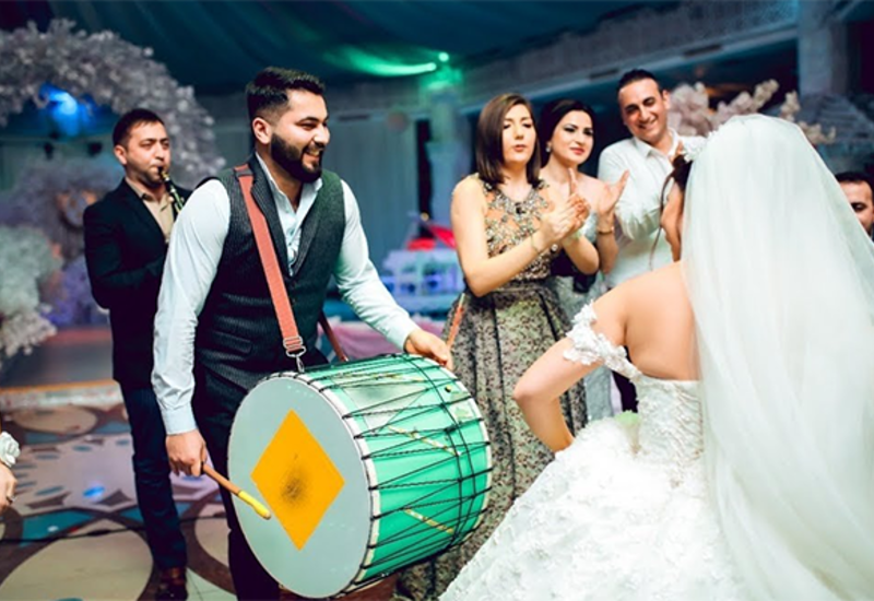 Нужно ли музыкантам на свадьбах в Азербайджане носить маски?