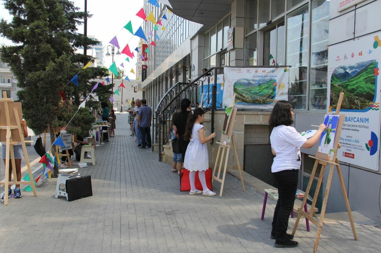 На тротуаре одной из бакинских улиц появился вернисаж