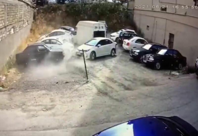 В Баку водитель, перепутав педали газа и тормоза, совершил аварию
