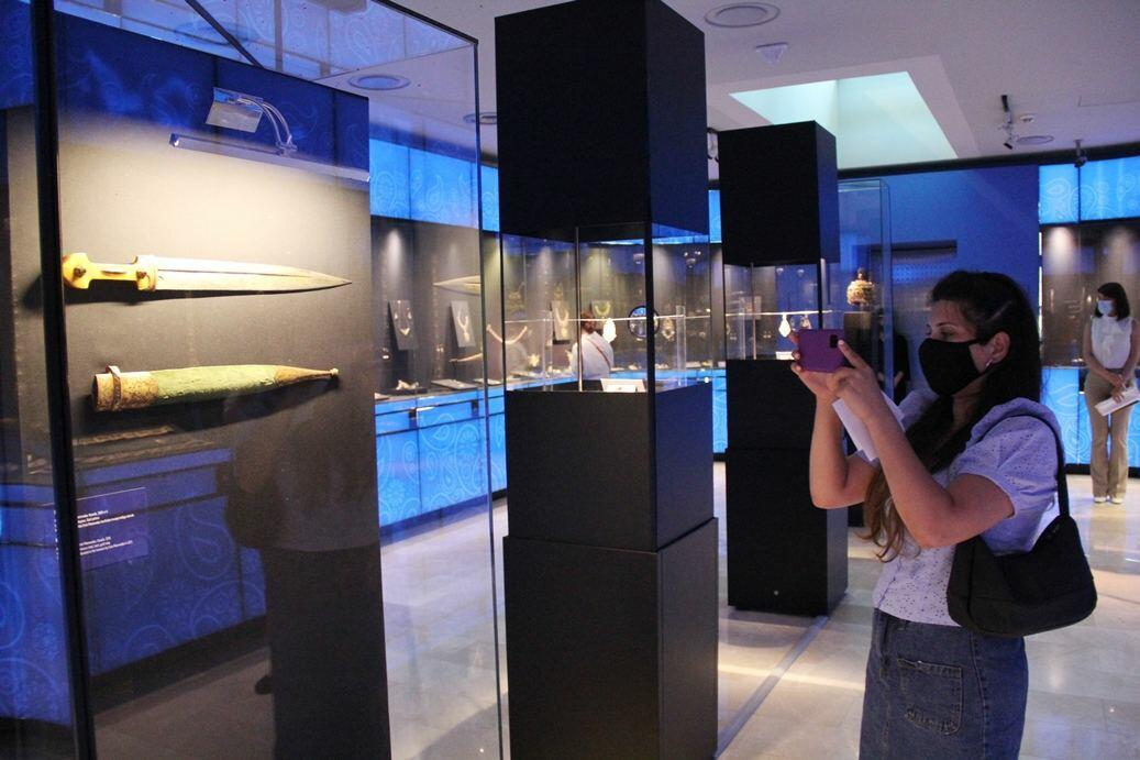 Известный оружейник из Канады подарил азербайджанскому музею уникальные кинжалы