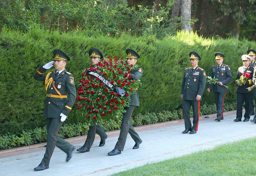 Руководство минобороны Азербайджана посетило Аллею почетного захоронения и Аллею шехидов
