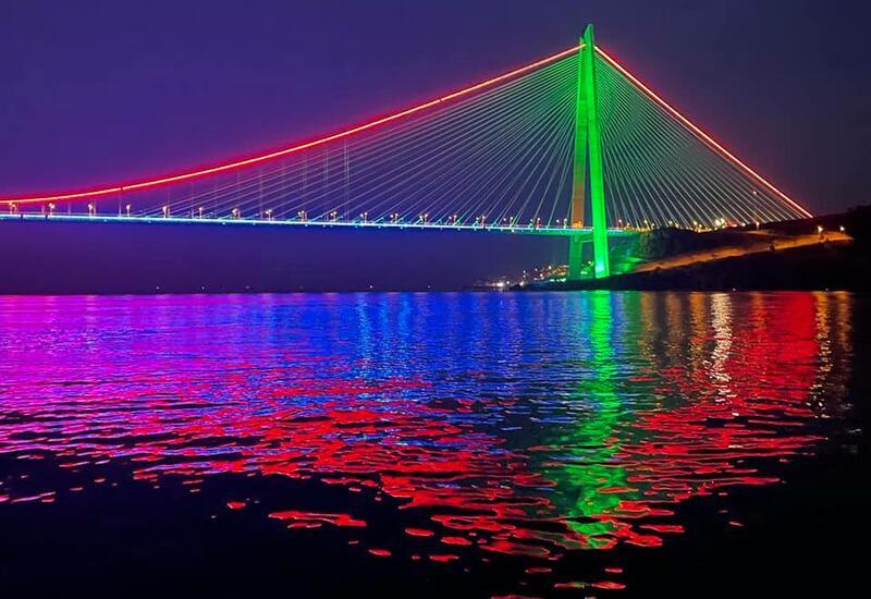 Стамбульские подвесные мосты окрасились в цвета государственного флага Азербайджана