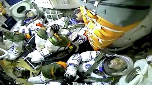 """Китайские космонавты вышли в открытый космос из основного отсека станции """"Тяньгун"""""""