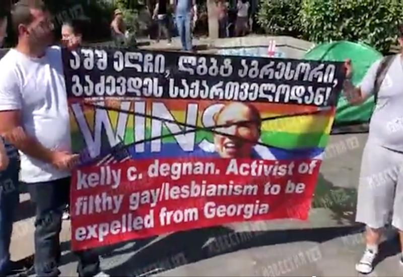 Противники ЛГБТ разрушили палатки активистов перед парламентом Грузии