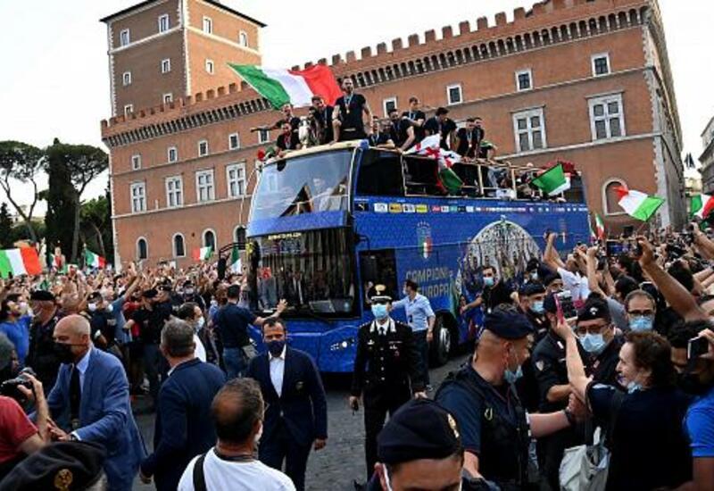 Сборная Италии проехалась по Риму с кубком Евро-2020