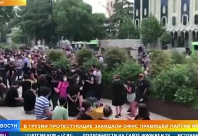 У офиса правящей партии Грузии задержали 12 человек, бросающих яйца