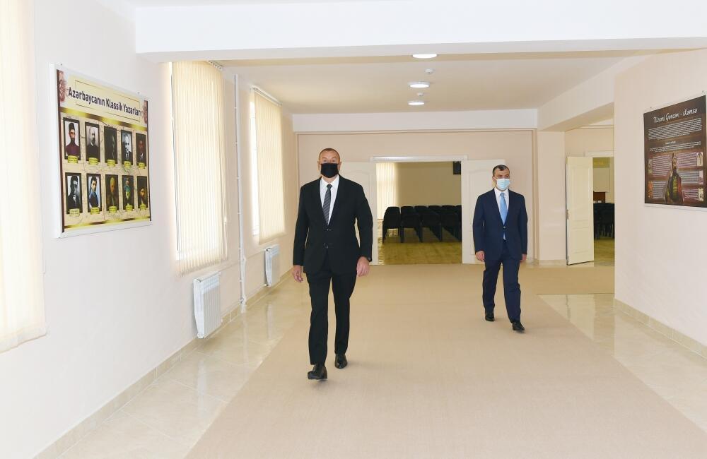 Президент Ильхам Алиев принял участие в церемонии вручения квартир и автомобилей семьям шехидов и ветеранам войны в поселке Ходжасан