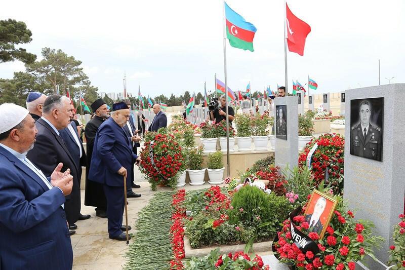 Руководители религиозных конфессий посетили могилу Полада Гашимова и Ильгара Мирзоева