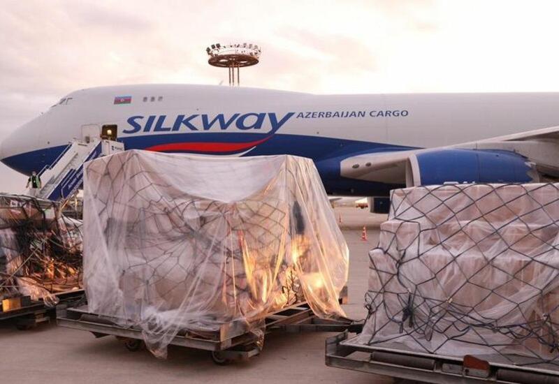 В Кыргызстане приземлился самолет с 40 тыс. доз вакцины AstraZeneca из Азербайджана