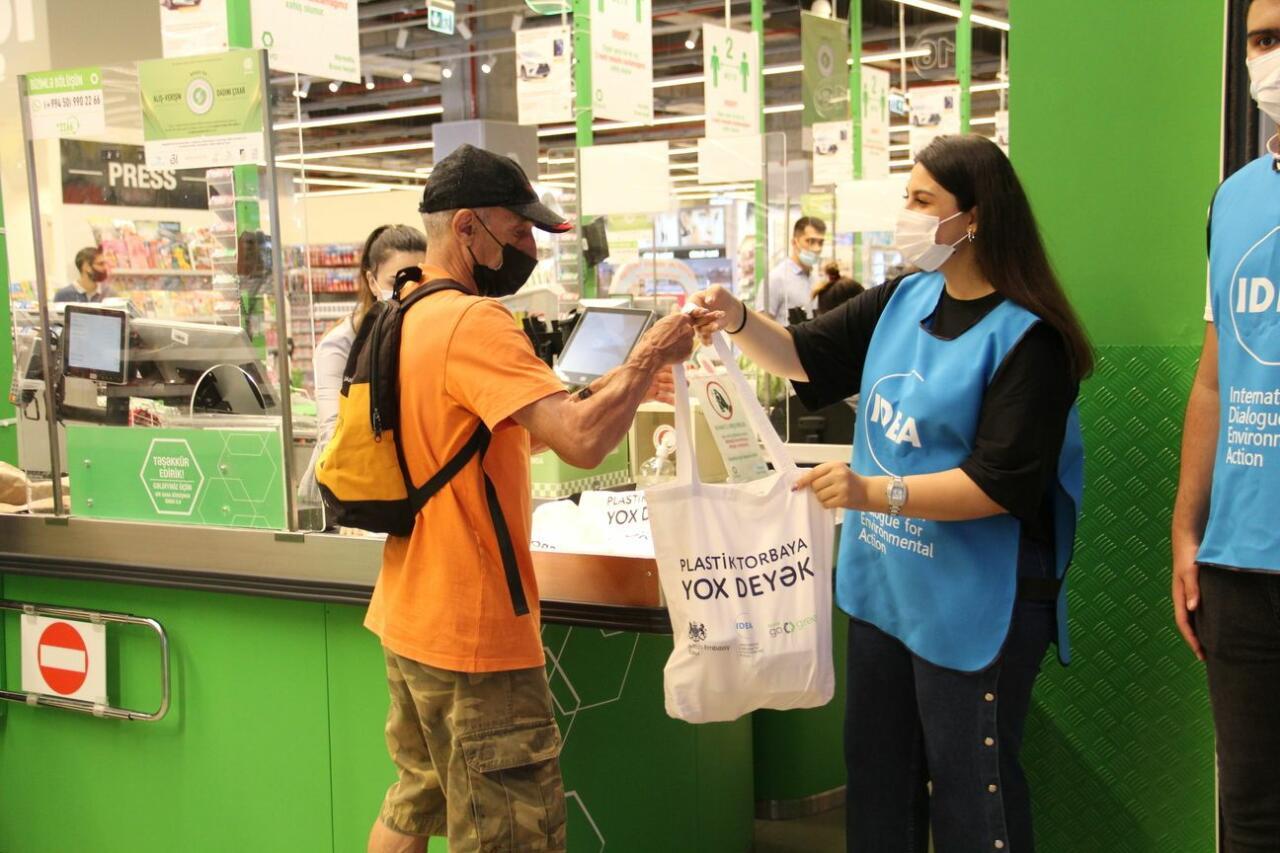 В рамках движения «Июль без пластика» покупателям в Баку были розданы эко-пакеты