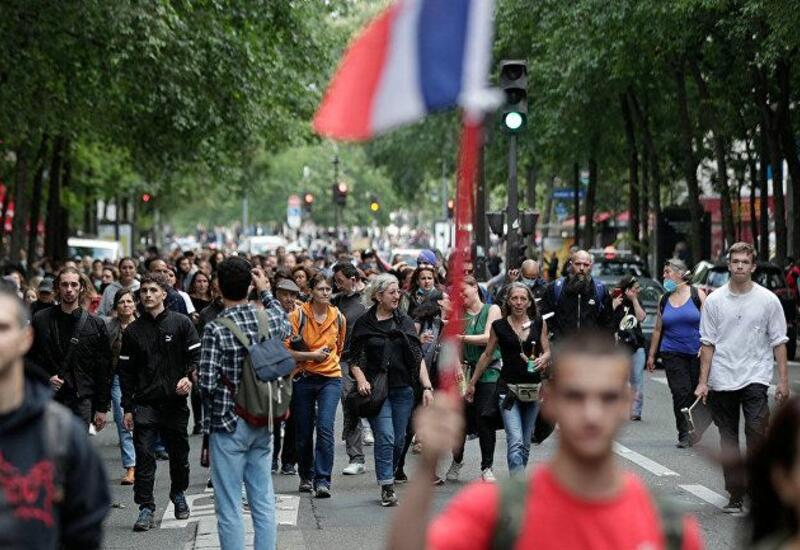 """В Париже начались акции протеста из-за """"санитарных пропусков"""""""
