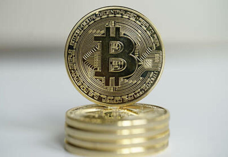 Неизвестные купили биткоины почти на один миллиард долларов