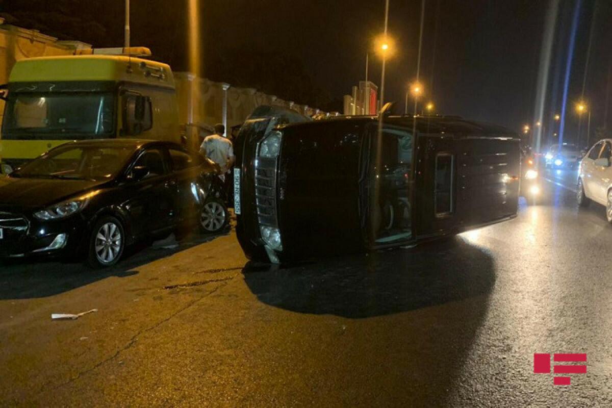 В Баку столкнулись 5 машин, виновник ДТП сбежал