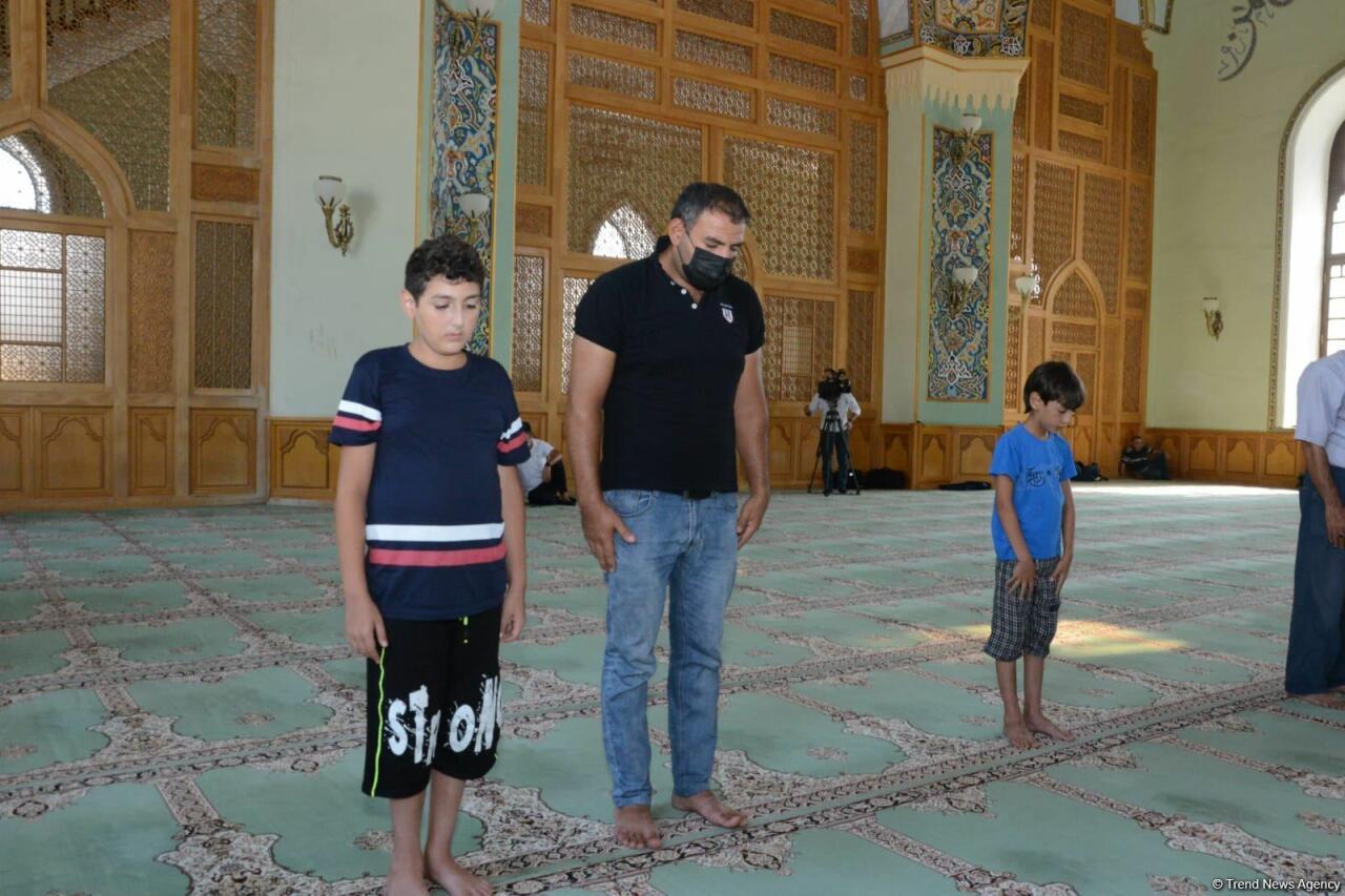В мечетях Баку совершен праздничный намаз