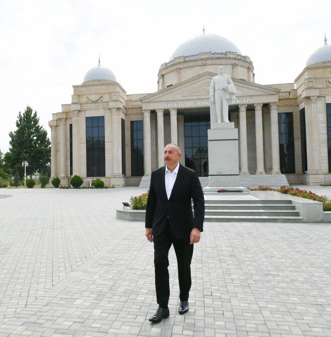 Президент Ильхам Алиев посетил памятник великому лидеру Гейдару Алиеву в Геранбое