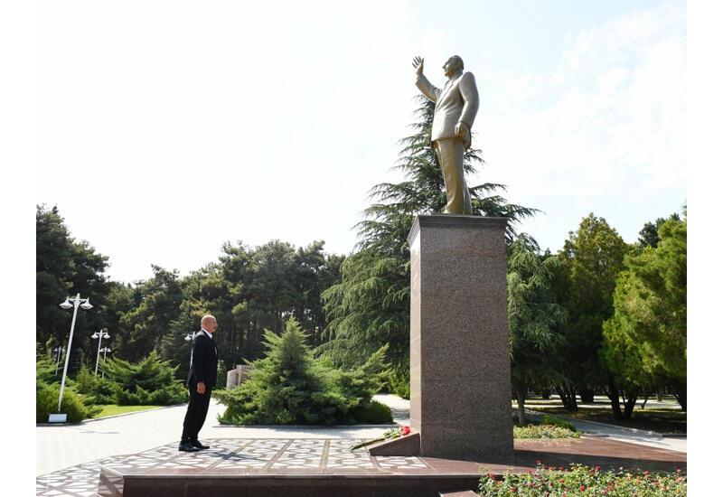 Президент Ильхам Алиев посетил памятник общенациональному лидеру в городе Нафталан
