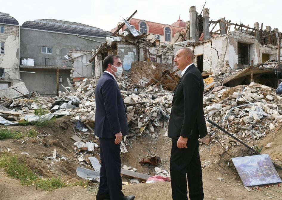 Президент Ильхам Алиев ознакомился в Гяндже с последствиями ракетных атак Армении