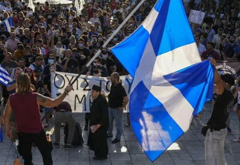 В Афинах полиция применила слезоточивый газ против противников принудительной вакцинации
