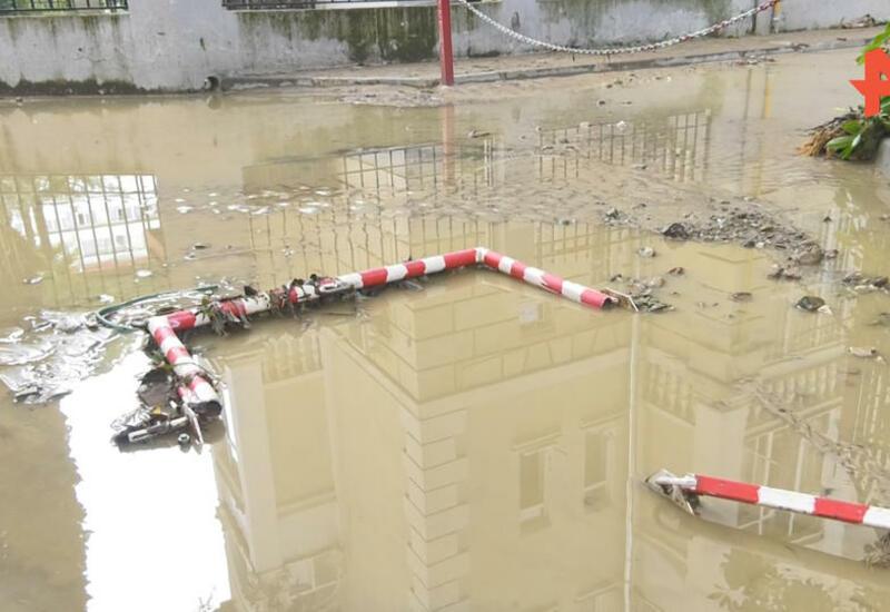 """Жители Сочи вынуждены """"выплывать"""" из своих подъездов после ливня"""