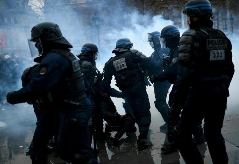 Полиция Парижа применила слезоточивый газ против протестующих