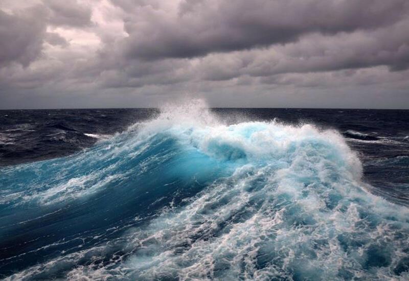 Высота волн в Каспийском море достигла 6 метров