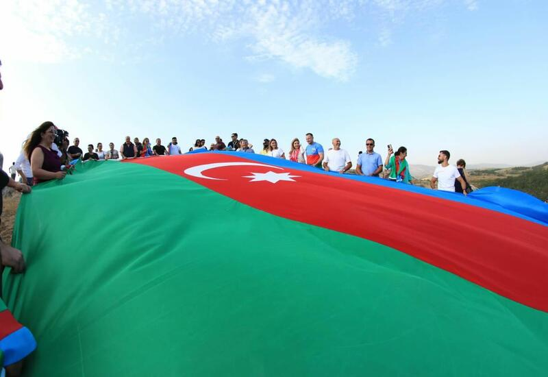 На Джыдыр дюзю развернут огромный флаг Азербайджана