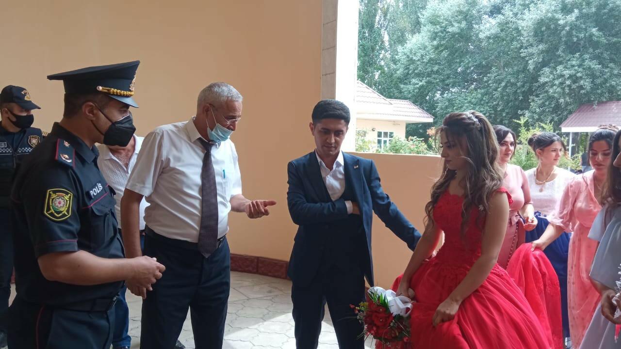 В Зардабе жениха и невесту не впустили на свадьбу