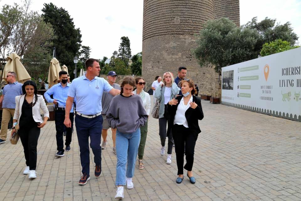 Губернатор американского штата Оклахома совершил прогулку по Баку со своей семьей