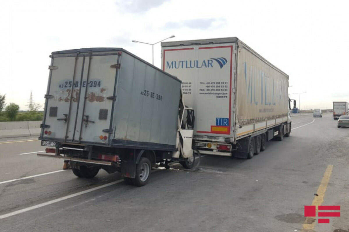 На дороге Баку-Газах столкнулись два грузовика, есть пострадавший