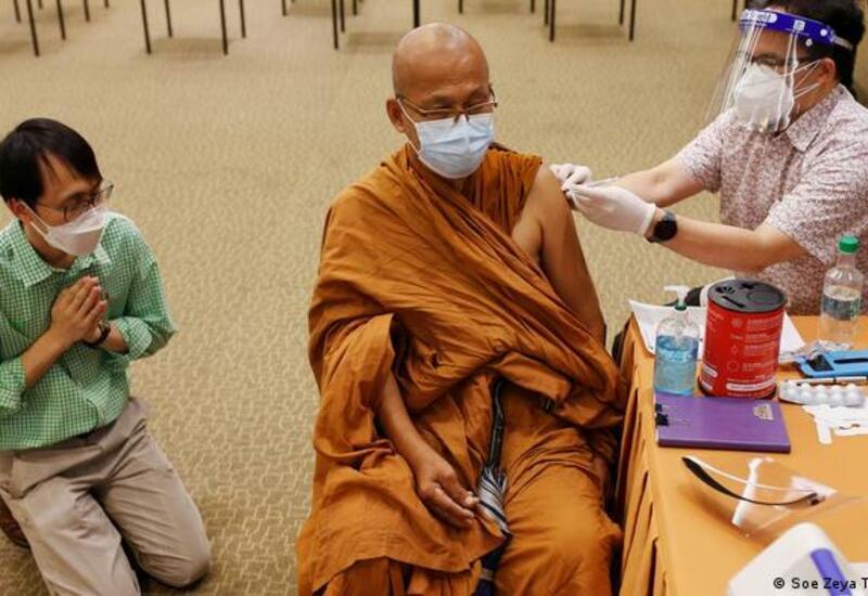 Монахов в Тайланде прививают от коронавируса
