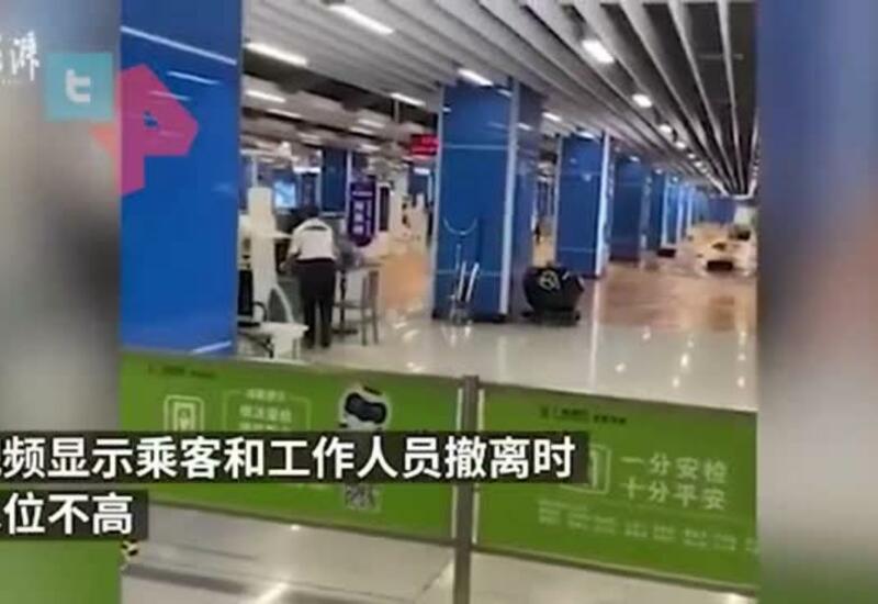 Дождь затопил станцию метро в Китае, пассажиров эвакуируют