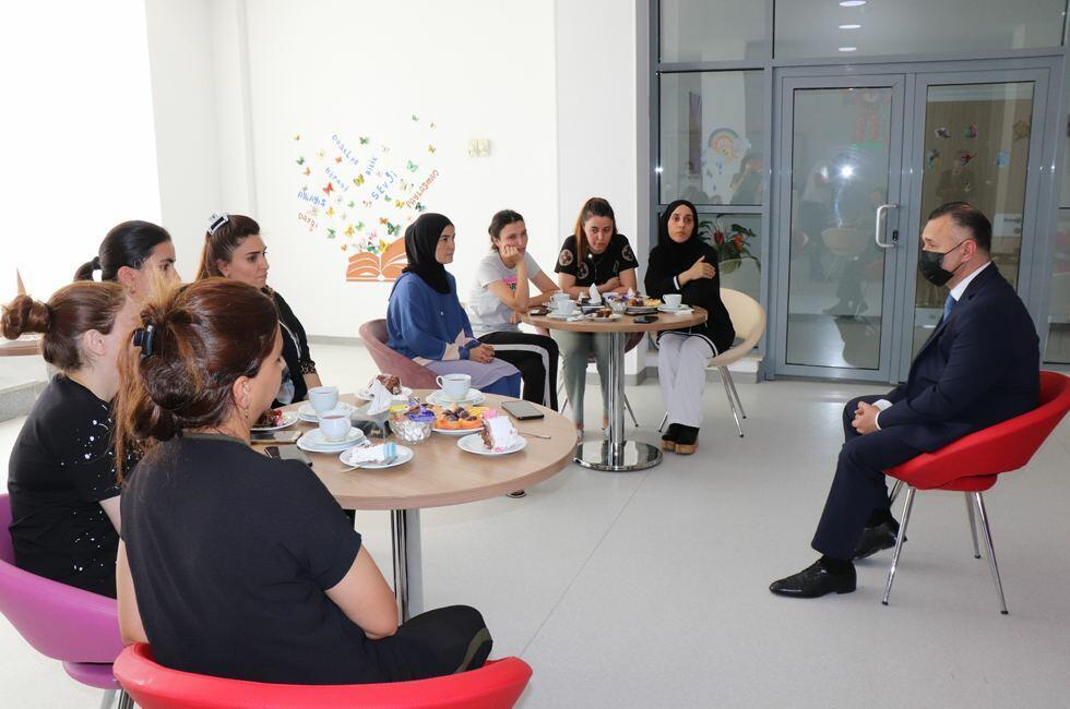 Замминистра здравоохранения навестил детей из семей шехидов