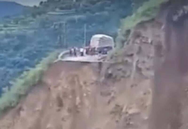 В Индии огромный оползень снес в пропасть дорогу