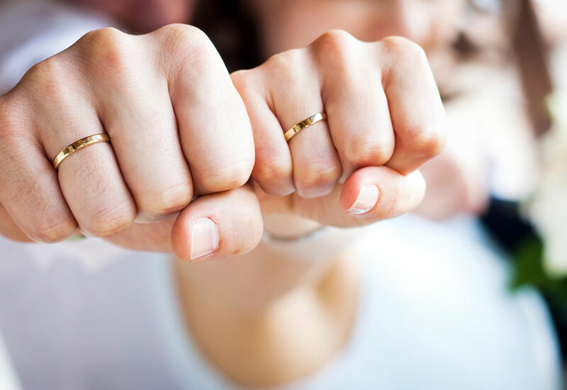 Мужчина, ходивший по Лондону с табличкой «ищу девушку», наконец женился