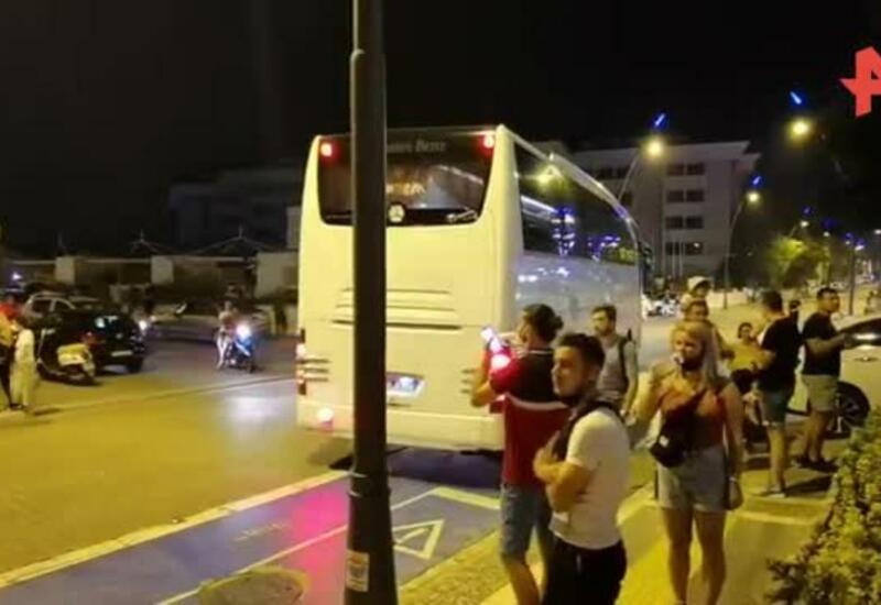 Туристов вывозят автобусами из отелей под Мармарисом