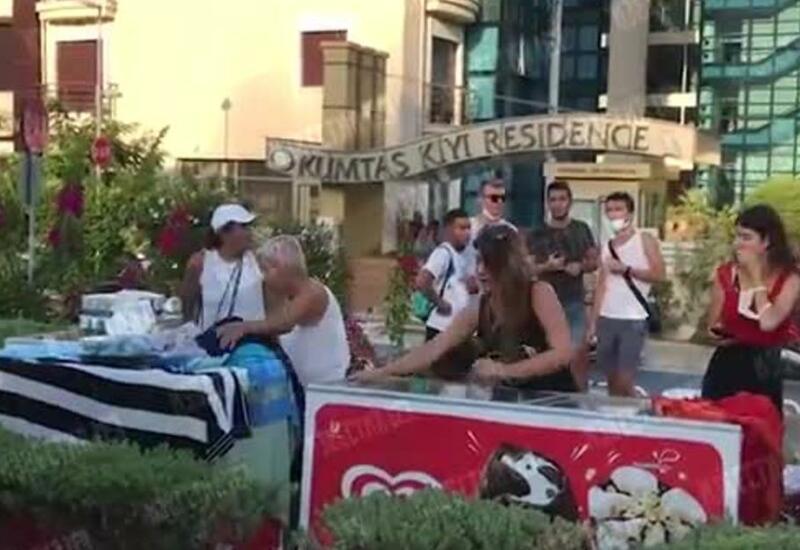 Жители Турции раздают еду и одежду эвакуированным при лесном пожаре