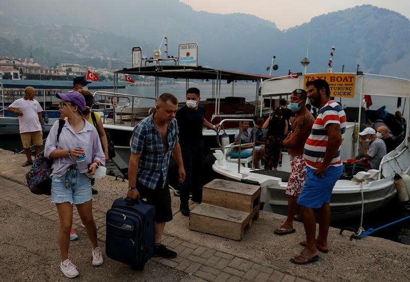В Турции люди спасались от лесных пожаров на лодках