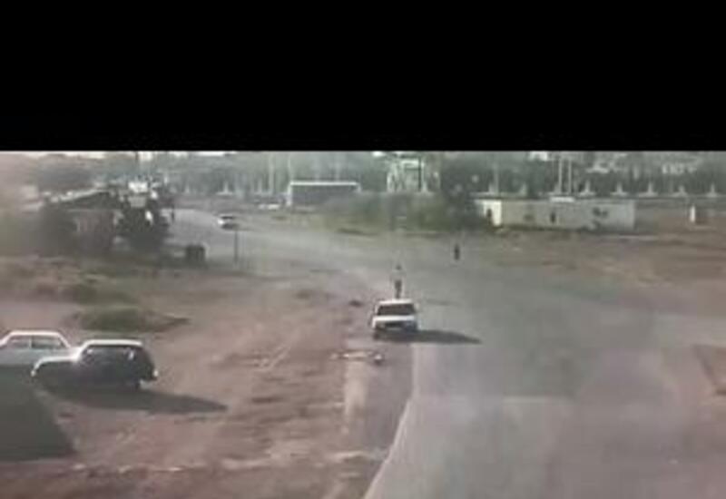 В Баку Toyota Prado сбила насмерть пешехода и врезалась в три автомобиля