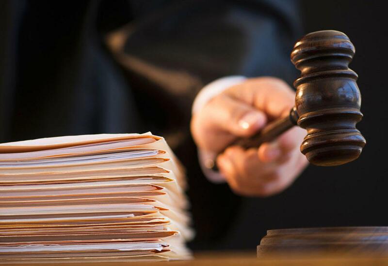В Азербайджане дело подозреваемого в получении взятки у пациентов с коронавирусом врача направлено в суд