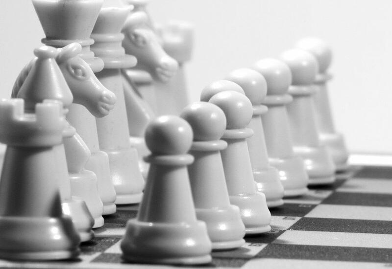 Белые шахматные фигуры хотят лишить преимущества над черными