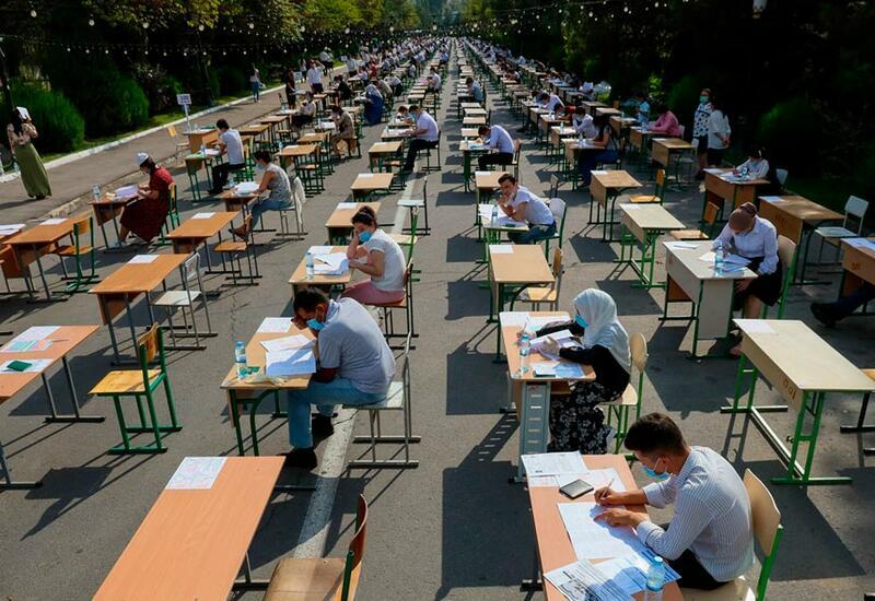 В Узбекистане экзамены в вузы проводятся под открытым небом