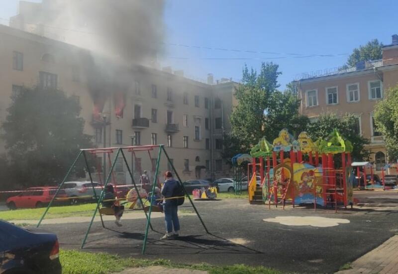 В Санкт-Петербурге дети невозмутимо наблюдали с качелей за пожаром