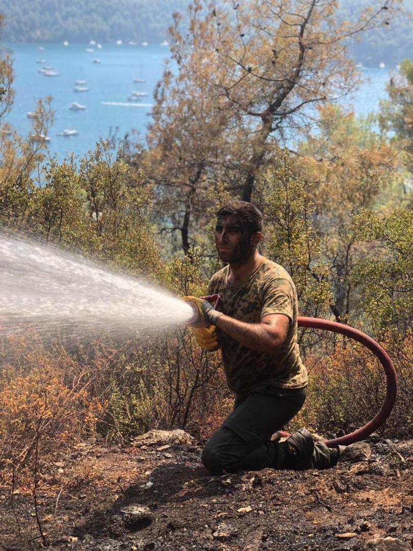 Азербайджанские спасатели борются с пожарами в Турции