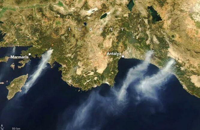 НАСА опубликовало спутниковые снимки лесных пожаров в Турции