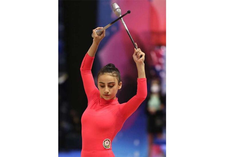 Азербайджанская гимнастка представила упражнение с булавами на соревнованиях Олимпиады в Токио
